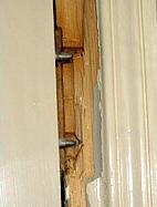 Le cambrioleur attaque la porte du côté des paumelles (gonds).