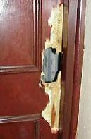 Voici quelques exemples de portes fracturées côté serrure par utilisation d'outils : pied de biche, pince monseigneur ...